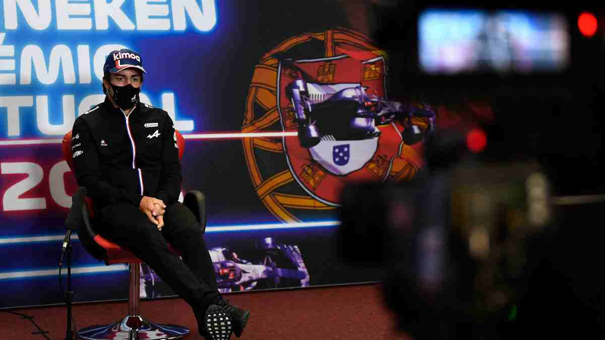 Rueda de prensa de Fernando Alonso en Portimao. (AFP)