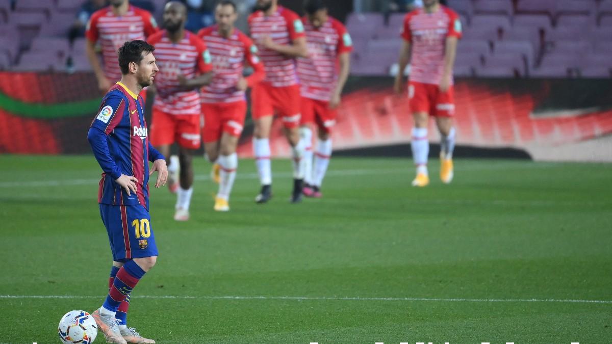 Messi en el centro del campo tras el gol del Granada. (AFP)