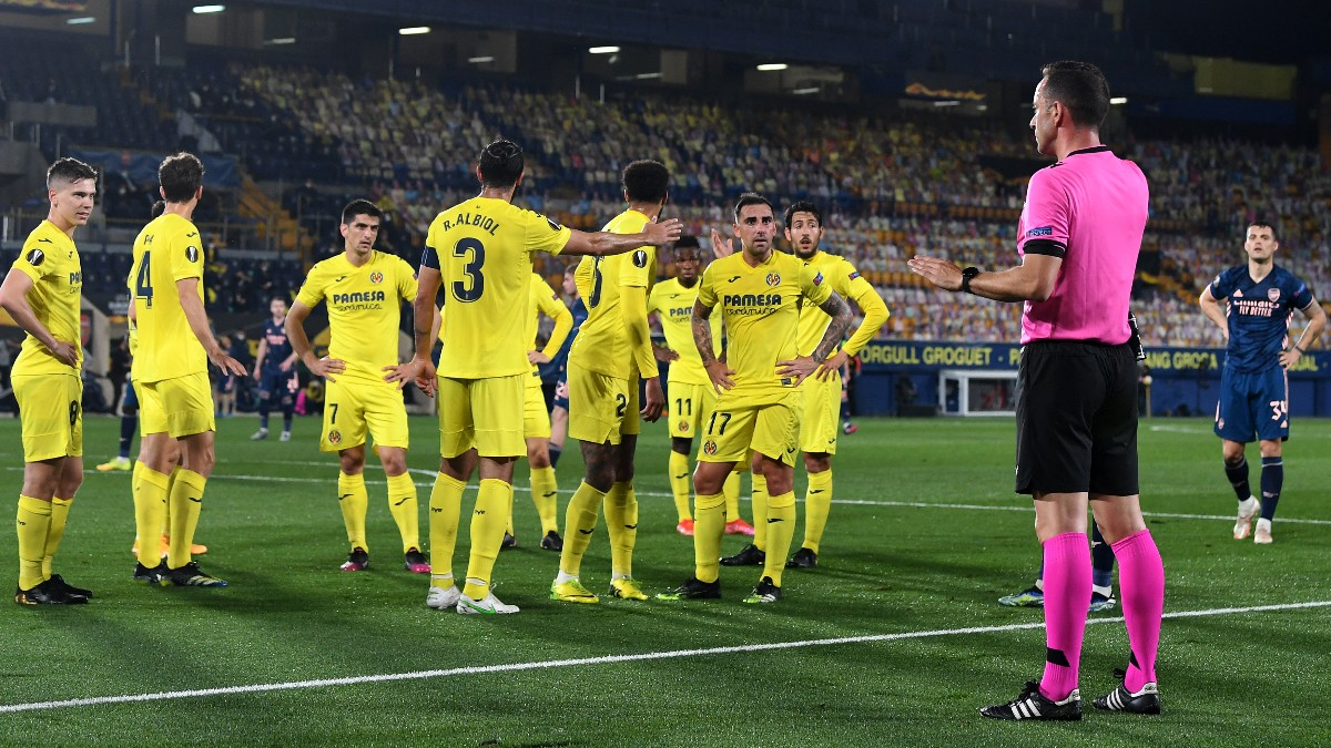 Los jugadores del Villarreal protestan al árbitro el penalti a favor del Arsenal. (Getty)