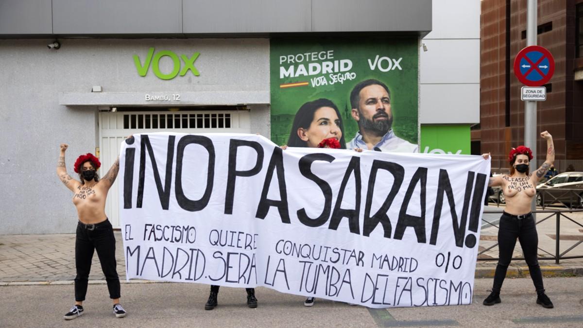 La protesta realiza por radicales de Femen delante de la sede de Vox en Madrid.