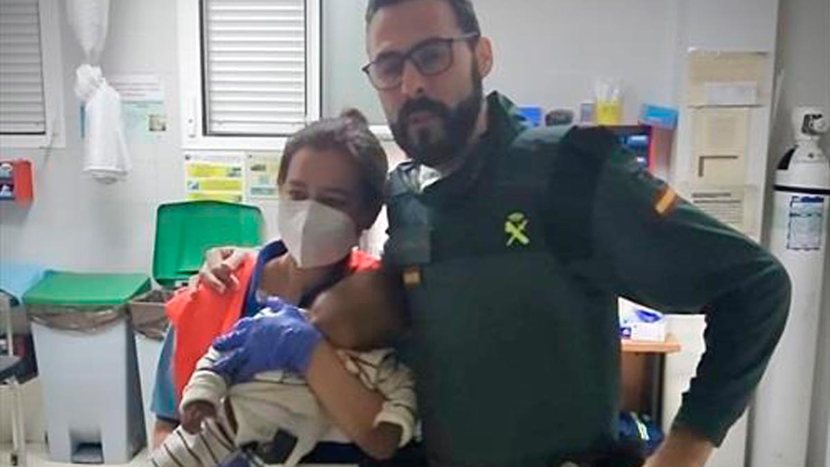 El agente, con la madre y el pequeño (Foto: Guardia Civil).