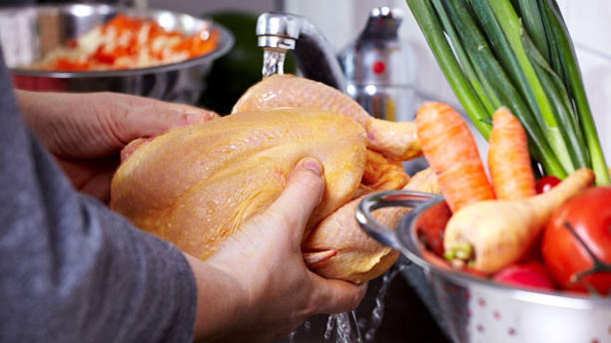 Por qué es mejor evitar lavar algunos alimentos
