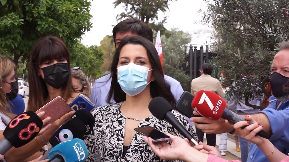 Inés Arrimadas atiende a los medios.