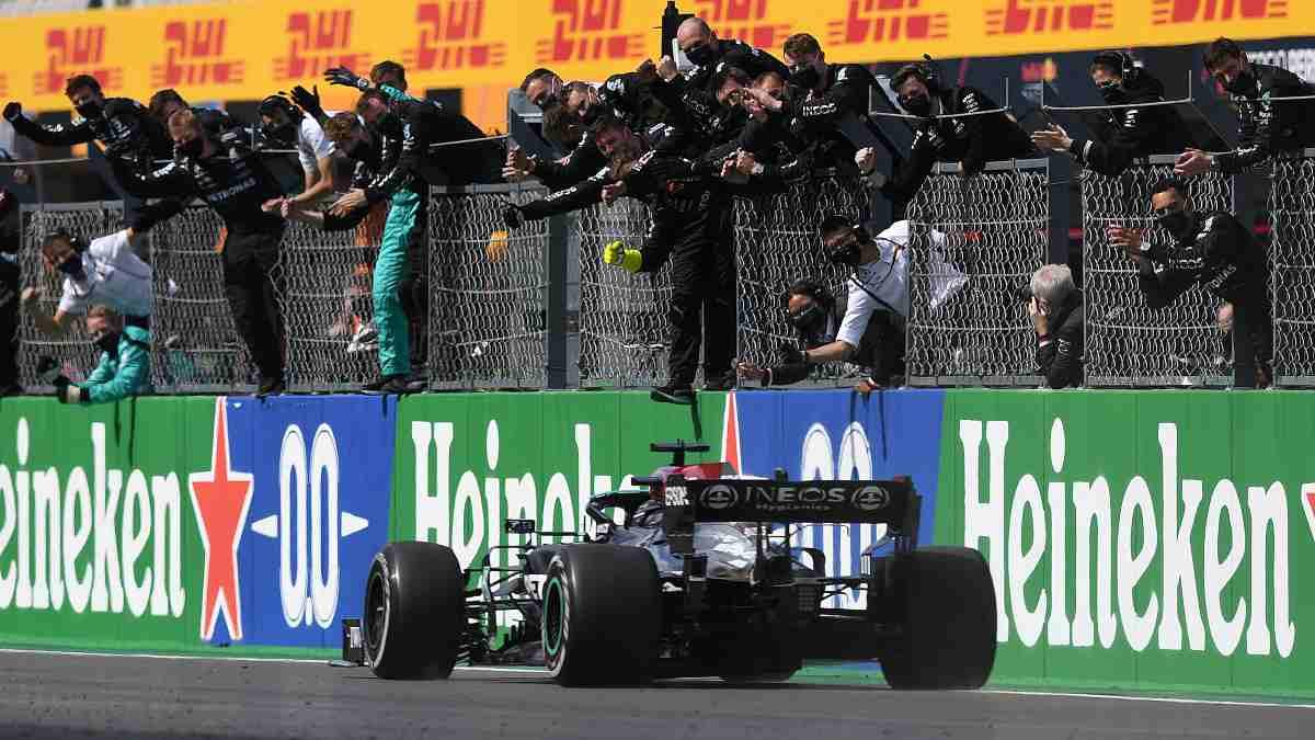Lewis Hamilton gana el Gran Premio de Portugal y se mantiene como líder del Mundial. (AFP)