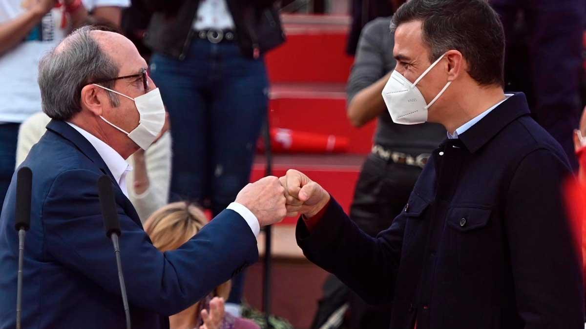 El candidato a la Comunidad de Madrid por el PSOE, Ángel Gabilondo, y el presidente del Gobierno, Pedro Sánchez, durante el acto de cierre de campaña del PSOE en las elecciones de Madrid 2021. Foto: EFE