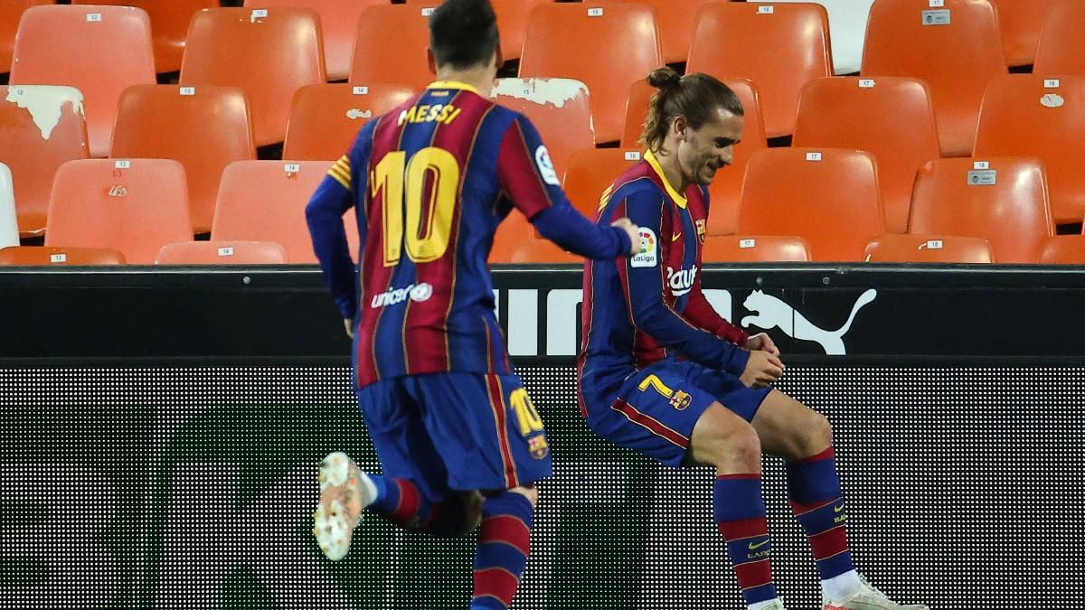 Messi y Griezmann resolvieron en Mestalla. (AFP)