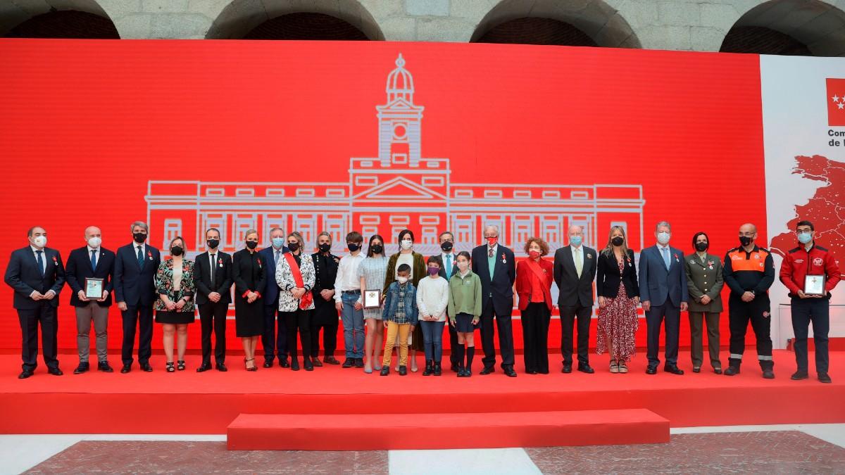 La presidenta madrileña, Isabel Díaz Ayuso, posa con los condecorados del 2 de mayo.