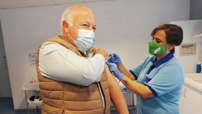 Vacunado el consejero de Salud de la Junta de Andalucía: «Tenemos que vacunarnos»