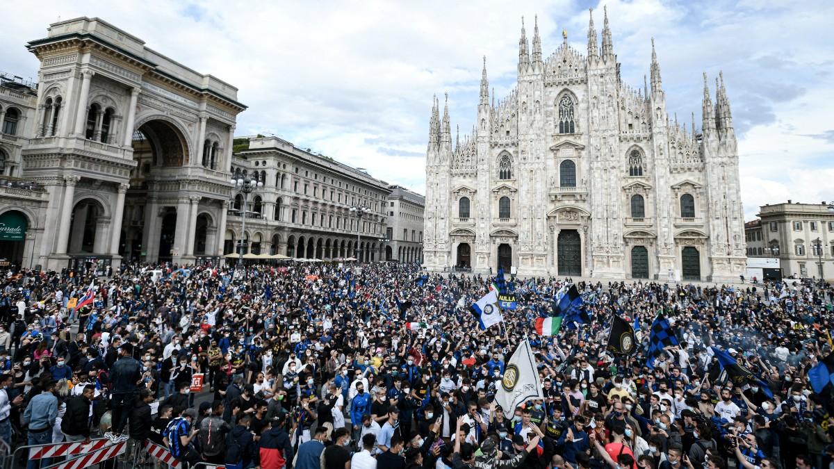 Miles de aficionados del Inter abarrotan la Plaza del Duomo de Milán. (AFP)
