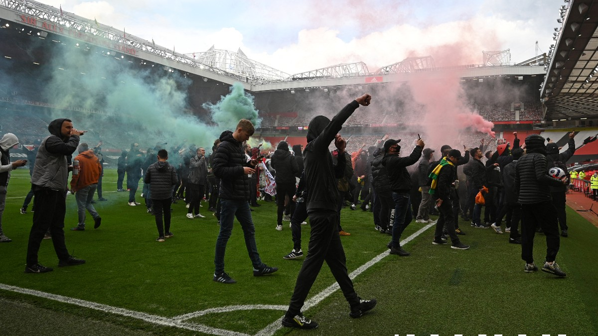 Los ultras del Manchester United asaltando Old Trafford. (AFP)