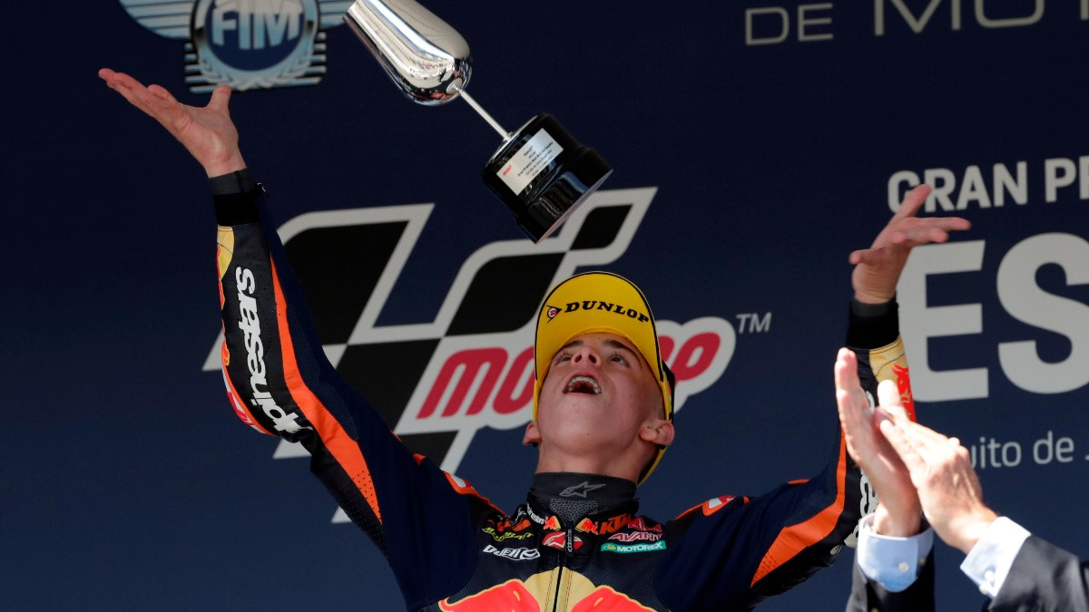 Pedro Acosta celebra su victoria en Jerez. (EFE)
