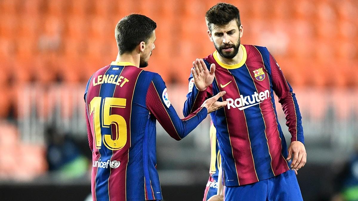 Piqué saluda a Lenglet durante el Valencia-Barcelona. (Getty)