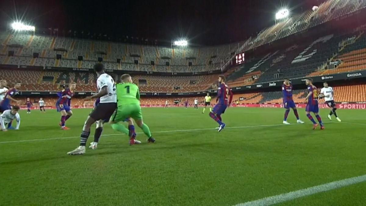 El Barcelona reclamó falta de Correia sobre Ter Stegen.