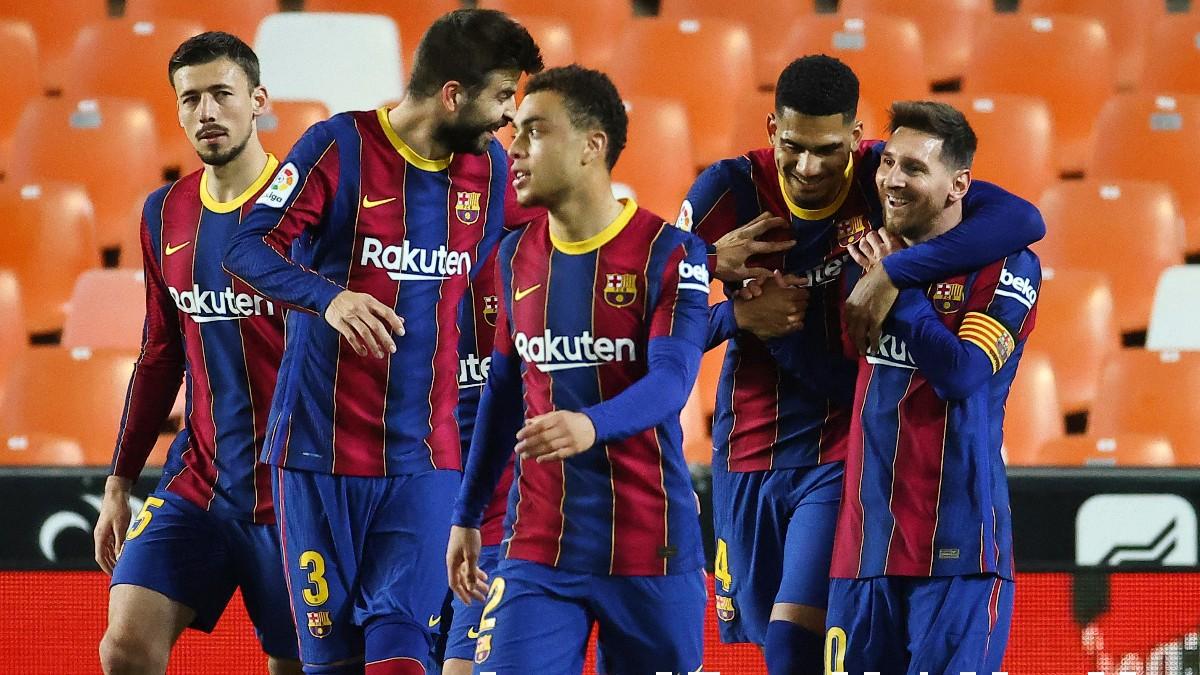 Los jugadores del Barcelona celebran el gol de Messi en Mestalla. (AFP)