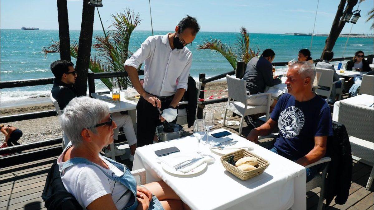 Playa de la Malagueta, en Málaga, este domingo (Álex Zea / Europa Press).