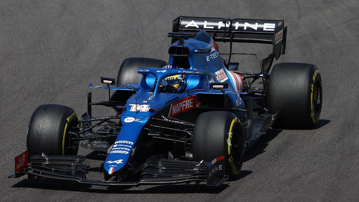 Fernando Alonso, subido a su Alpine durante el Gran Premio de Portugal de Fórmula 1. (Getty)