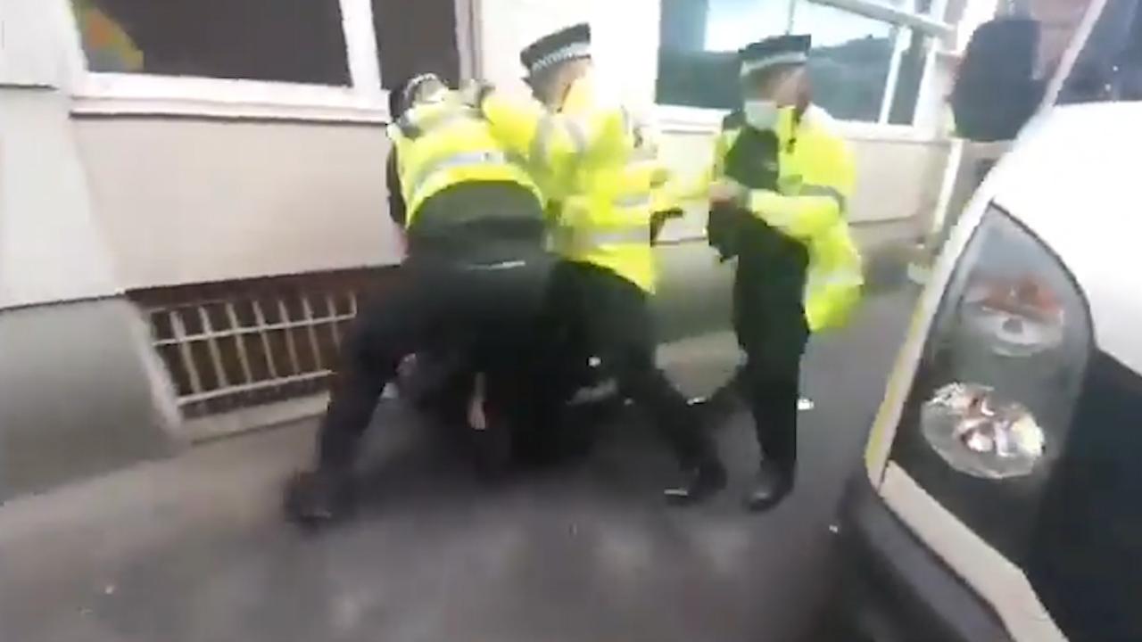 Filtran un vídeo de la Policía dando una paliza a un aficionado del United