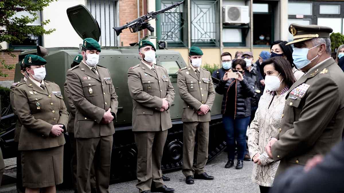 La ministra de Defensa, Margarita Robles, visita en el acuartelamiento de Aizoáin (Navarra)