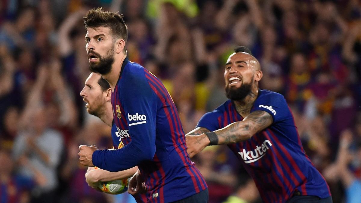 Piqué junto a Vidal en su etapa en el Barça. (AFP)