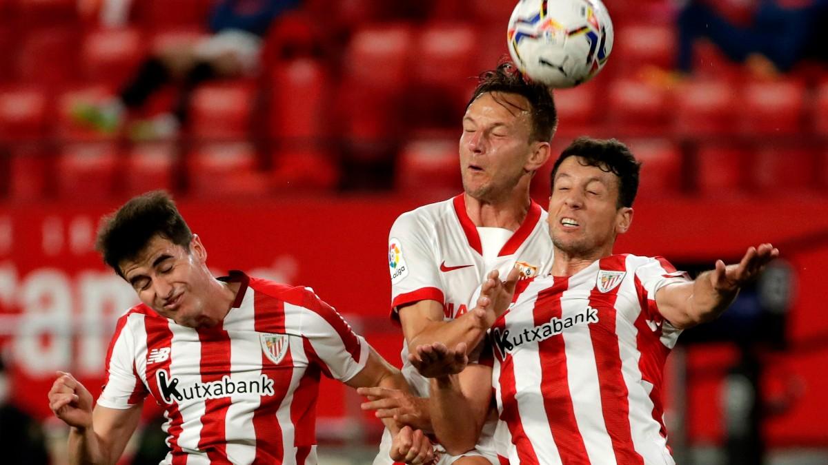 Rakitic pelea un balón en el Sevilla-Athletic. (EFE)