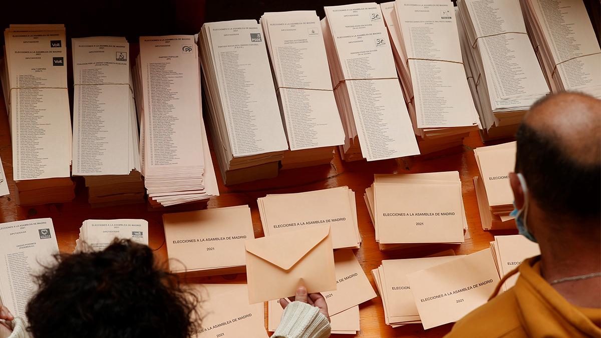 Dos ciudadanos eligen las papeletas para votar en las elecciones de hoy. (Efe)