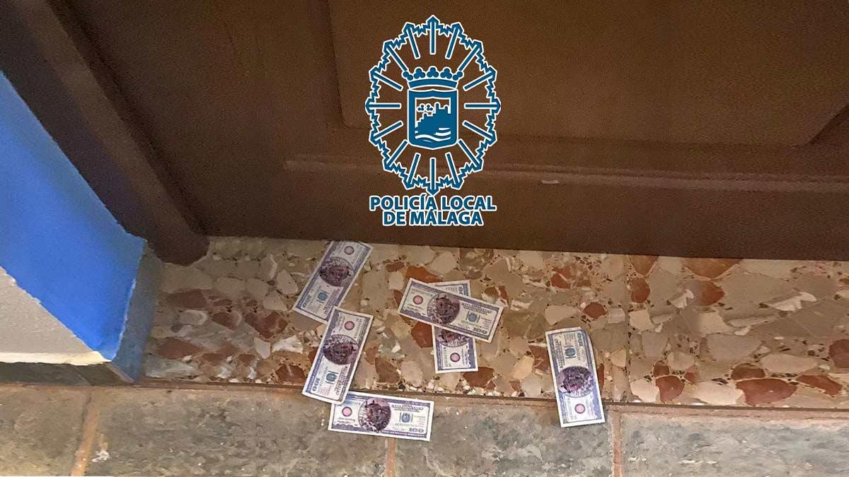Los agentes, a las puertas de la habitación donde se celebraba la fiesta ilegal (Policía Local de Málaga).