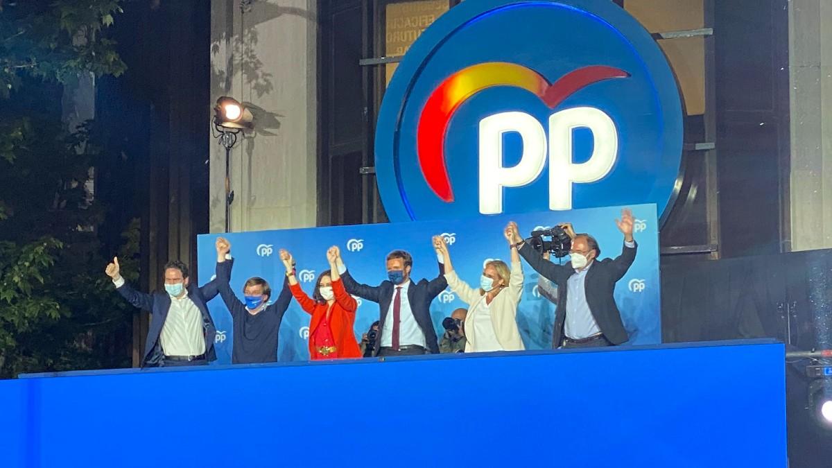 Isabel Díaz Ayuso con la cúpula del PP en Génova.