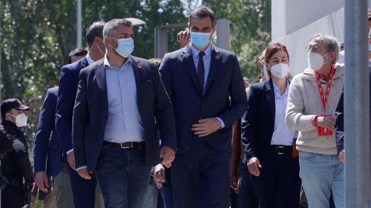 El presidente del Gobierno, Pedro Sánchez, llegando a su centro de votación bajo abucheos.