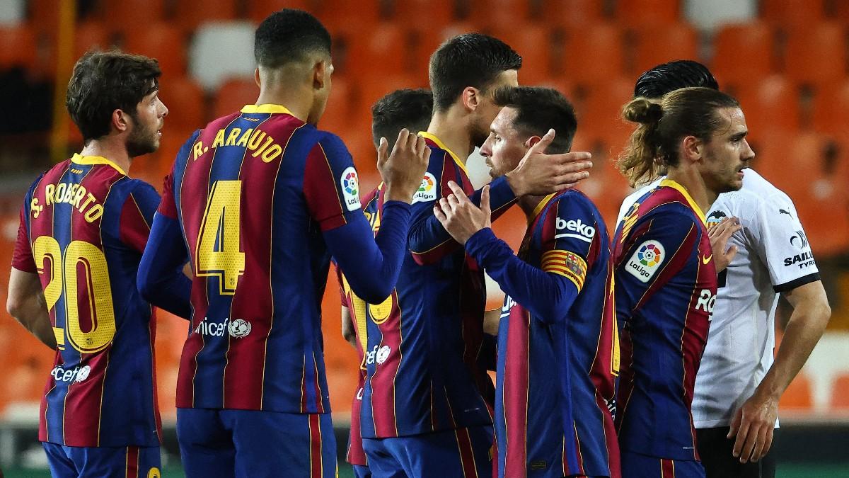 Los jugadores del Barcelona tras el partido ante el Valencia. (AFP)