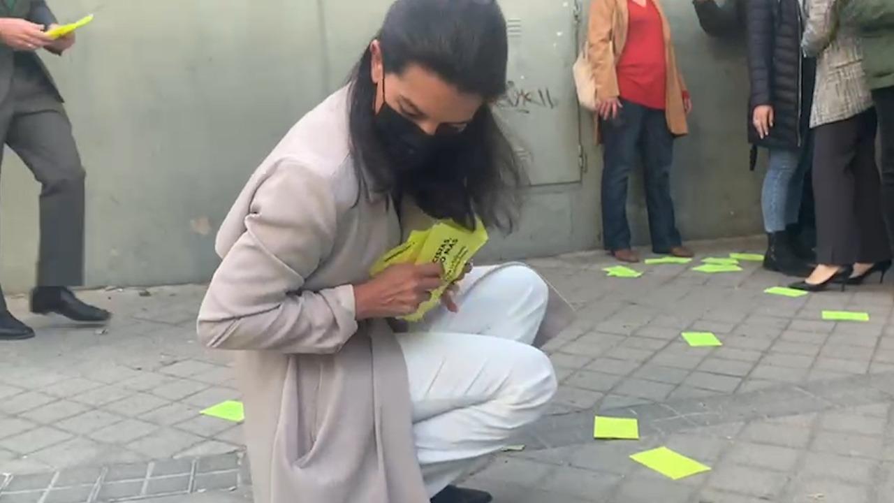 Rocio Monasterio recoge los panfletos lanzados por Femen.