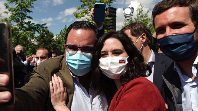 Isabel Díaz Ayuso y Pablo Casado con el alcalde de Boadilla del Monte. (Foto: PP)