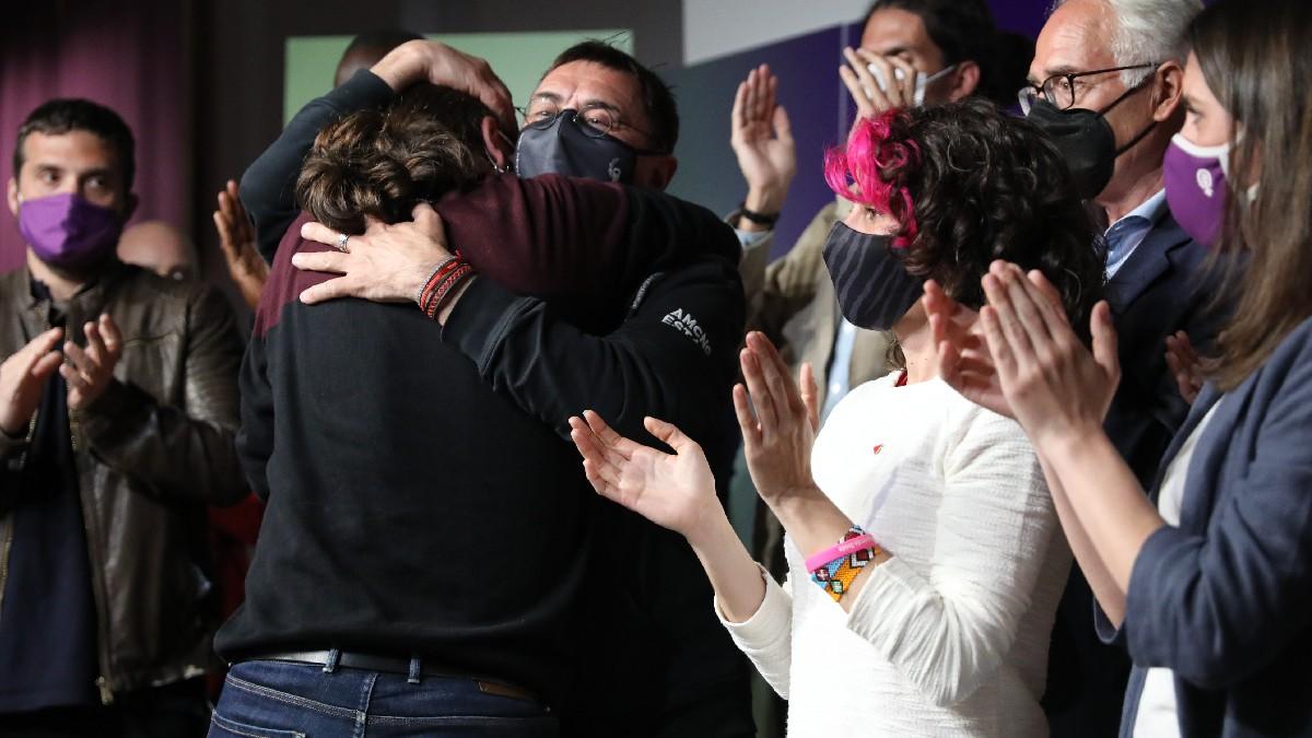 Monedero se abraza con Iglesias tras anunciar el líder de Podemos que deja la política.