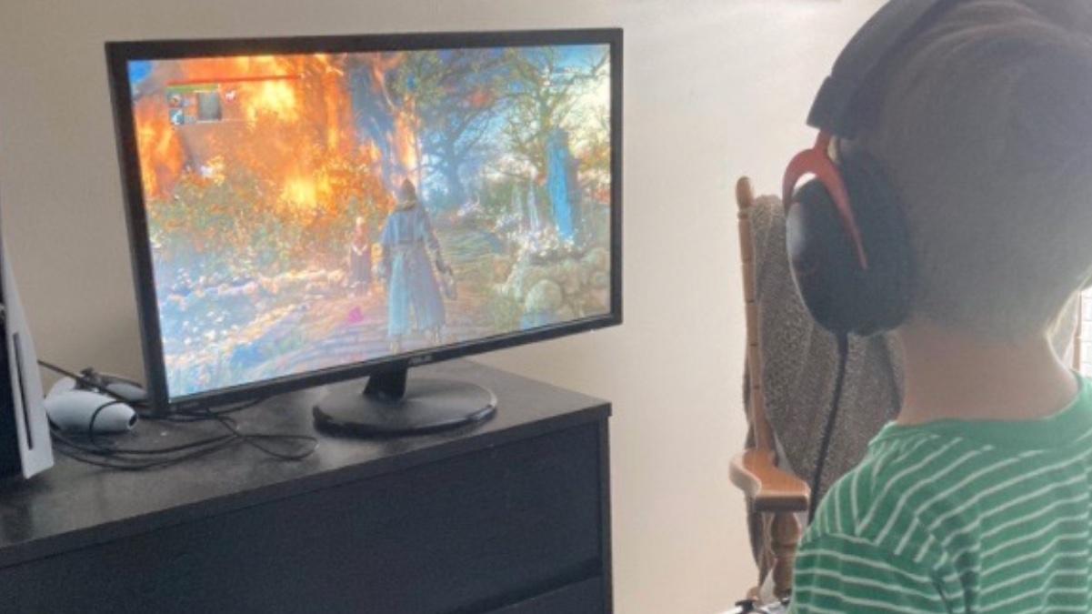 Niño jugando a la PS4