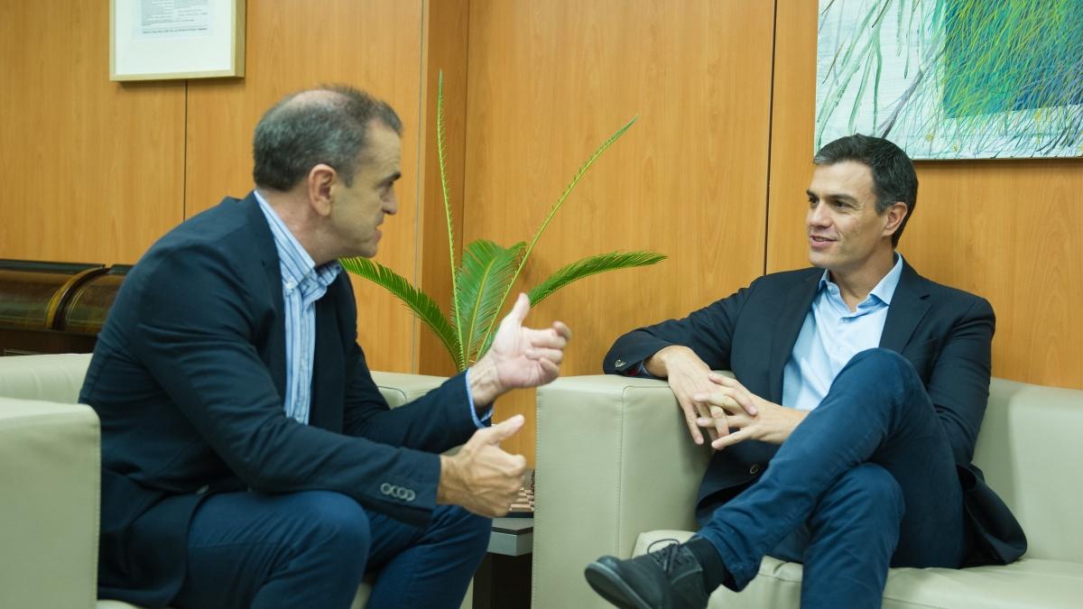 El dimitido secretario general del PSM, José Manuel Franco, charlando con el presidente del Gobierno, Pedro Sánchez.