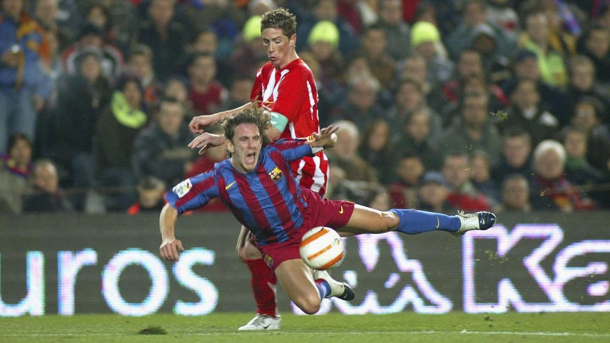 Fernando Torres y Puyol luchan el balón en la última victoria del Atlético en el Camp Nou. (Getty)