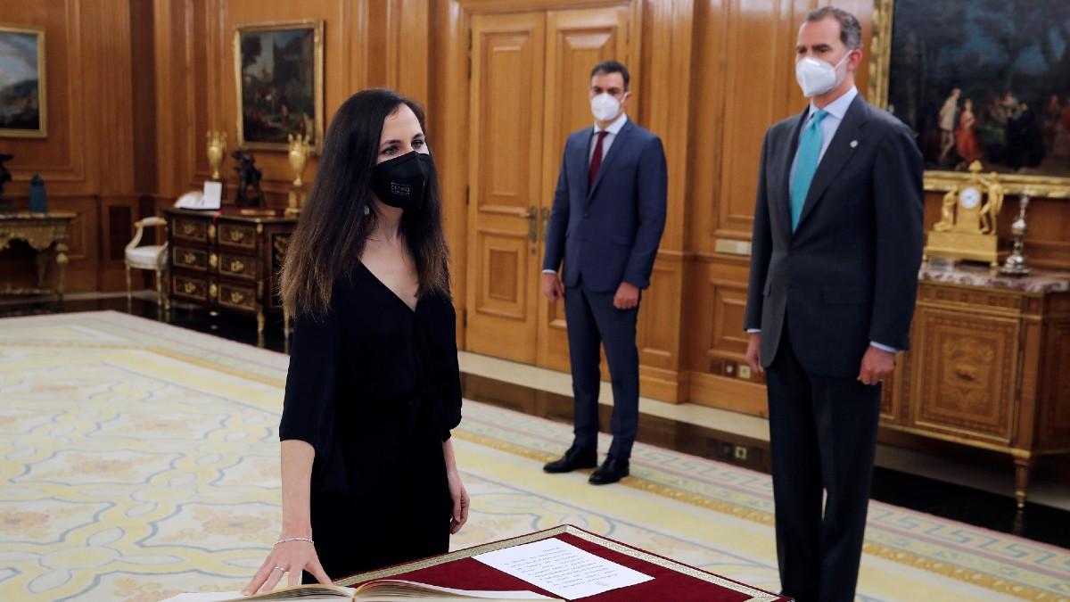 Ione Belarra, prometiendo su cargo en presencia de Pedro Sánchez y del Rey Felipe VI. (Foto: EP)