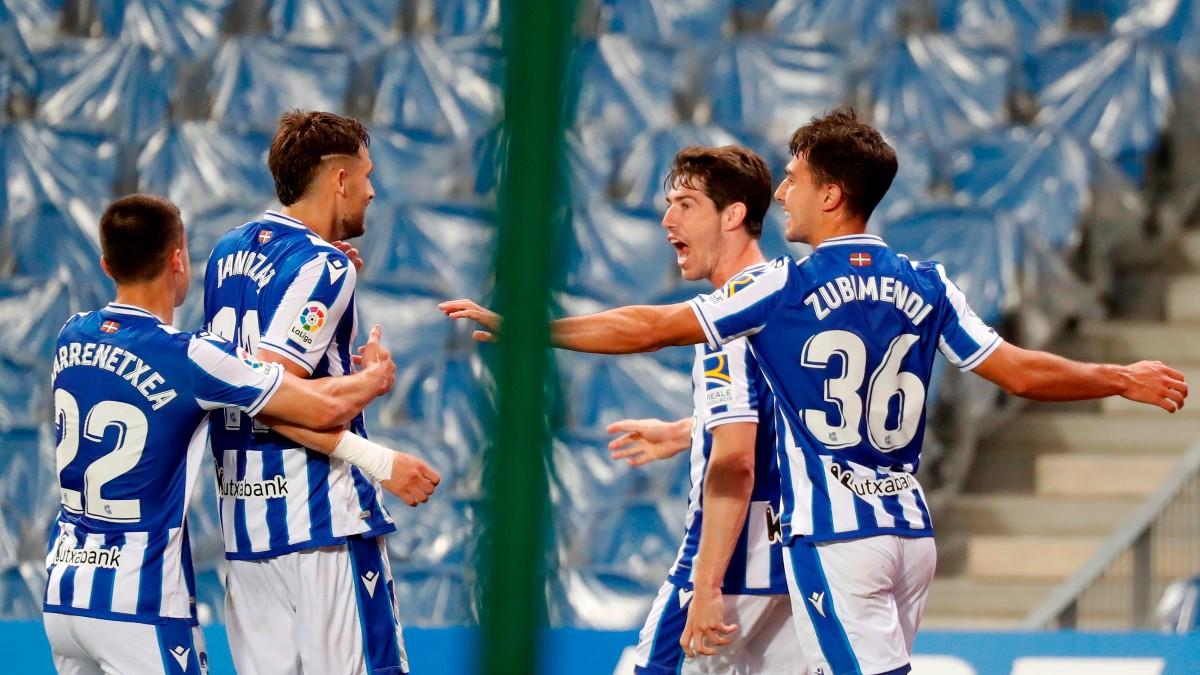 Los jugadores de la Real Sociedad celebran uno de los goles ante el Elche. (EFE)