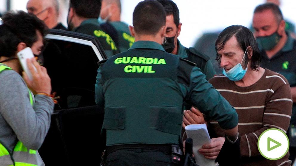 Efectivos de la Guardia Civil detienen a uno de los tres hermanos que residen en la localidad pacense de Los Santos de Maimona. (EFE)