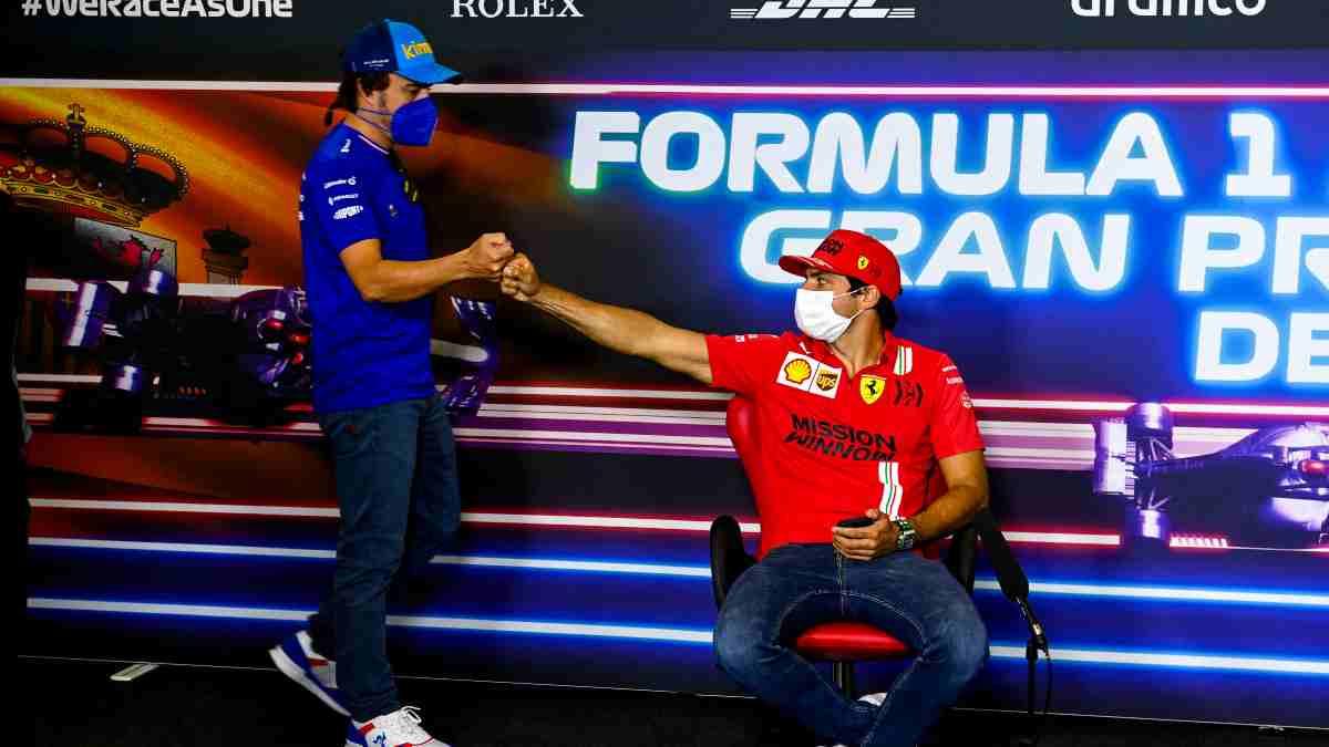 Fernando Alonso y Carlos Sainz. (AFP)