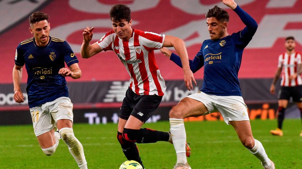 Morcillo pelea un balón en el Athletic-Osasuna. (EFE)