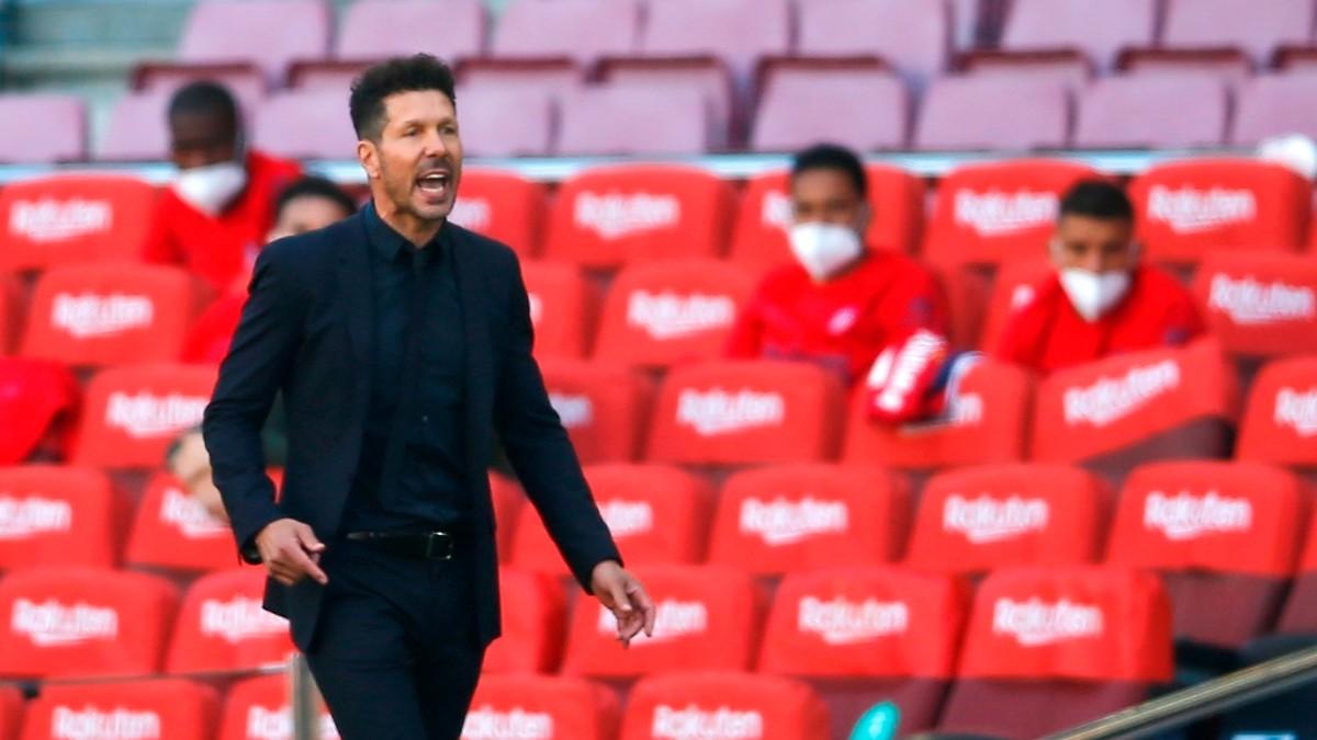 Simeone da instrucciones durante el Barcelona – Atlético. (EFE)