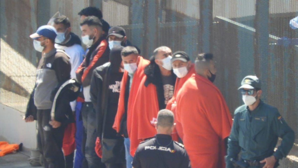 Algunos de los inmigrantes ilegales interceptados en Almería en las últimas horas. Fuente: Rubén Pulido.