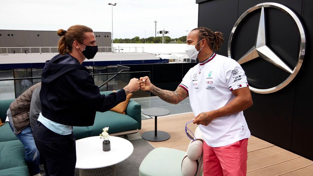 Antoine Griezmann saluda a Lewis Hamilton en Montmeló. (Foto: MercedesAMG)