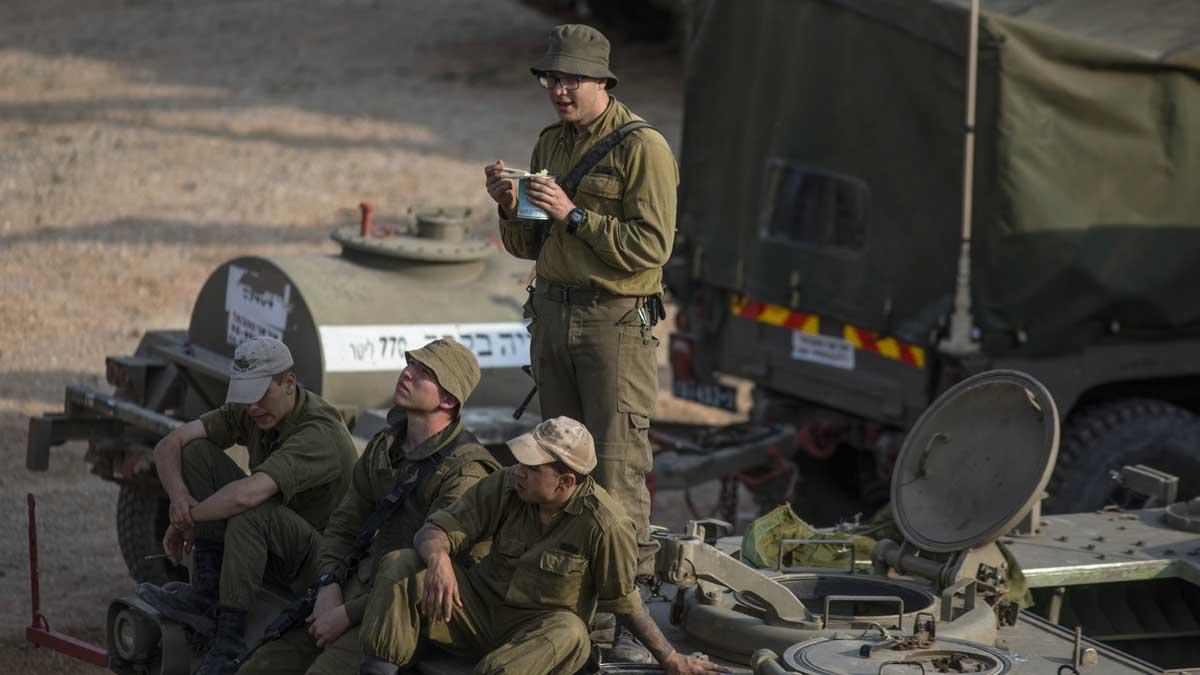 Soldados israelíes durante un descanso. Foto: Europa Press