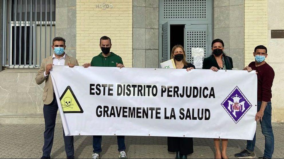 Representantes de Vox Sevilla en La Macarena.