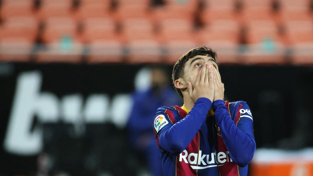 Pedri se lamenta de error durante el Valencia-Barcelona de Liga Santander. (AFP)