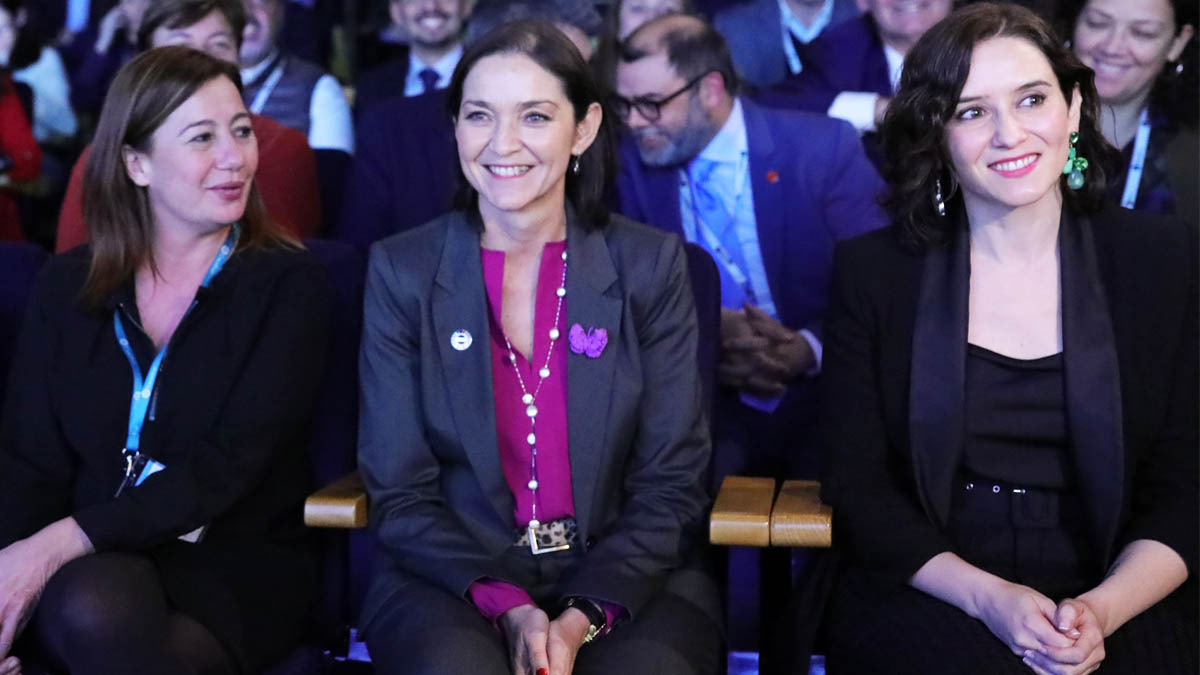 Francina Armengol e Isabel Díaz Ayuso con Reyes Maroto entre ambas (Foto: EP)