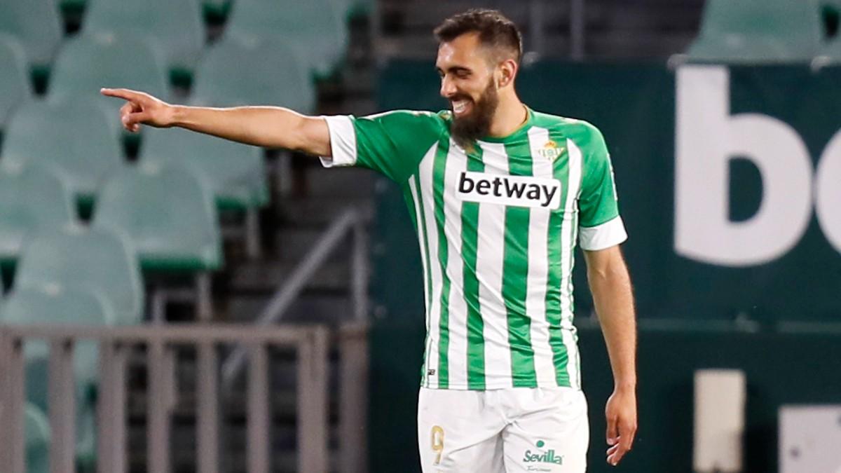 Borja Iglesias celebra uno de sus goles en el Betis-Granada. (EFE)