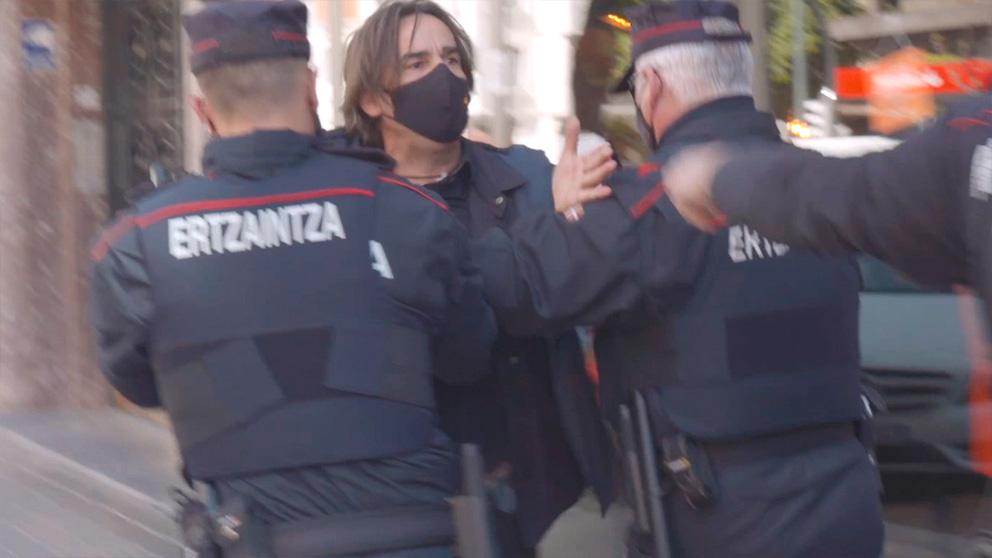 Cinco agentes a empujones con el reportero de OKDIARIO para evitar que pregunte a Iceta.