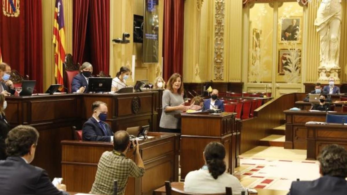 La presidente del Gobierno balear, Francina Armengol, durante un pleno en el Parlamento de Baleares.